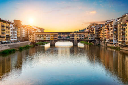 Foto de Morning sun over Vecchio bridge in Florence - Imagen libre de derechos
