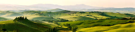 Photo pour Beautiful and miraculous colors of green spring panoramic landscape of Tuscany, Italy - image libre de droit
