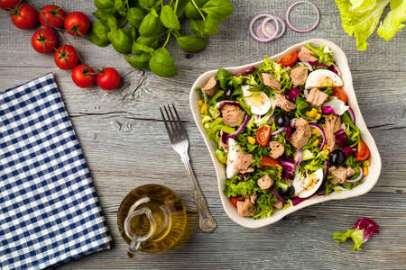 Photo pour Tuna salad with lettuce, eggs and tomatoes. - image libre de droit