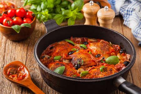 Photo pour Traditionally made chicken in tomato sauce cacciatore. Front view. - image libre de droit