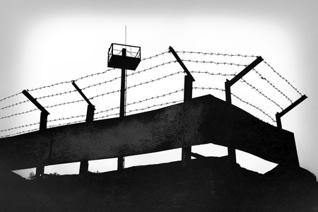 Foto de Prison fence with barbed wire, black and white grunge version - Imagen libre de derechos