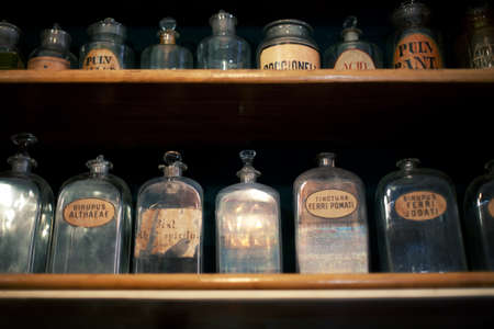 Foto de Bottles on the shelf in old pharmacy  - Imagen libre de derechos