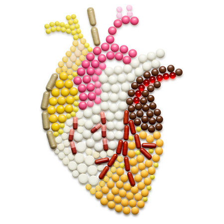 Photo pour Human heart shape of pills, isolated on white. - image libre de droit