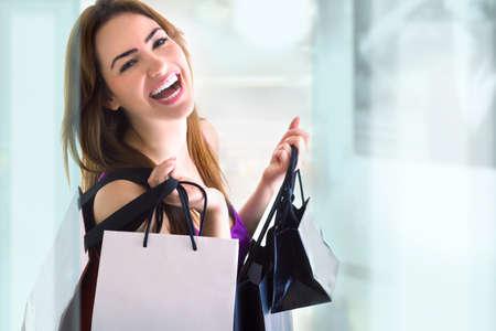 Photo pour young woman doing shopping - image libre de droit