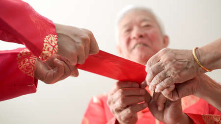 Photo pour Hand giving red envelop for Chinese new year - image libre de droit
