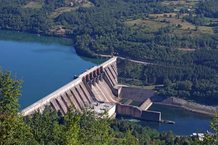 Foto de hydroelectric power plant on river - Imagen libre de derechos