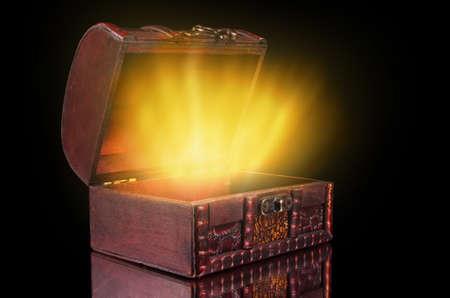 Photo pour vintage treasure chest with light - image libre de droit