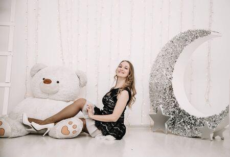 Foto de pretty adult girl with big white teddy bear alone - Imagen libre de derechos