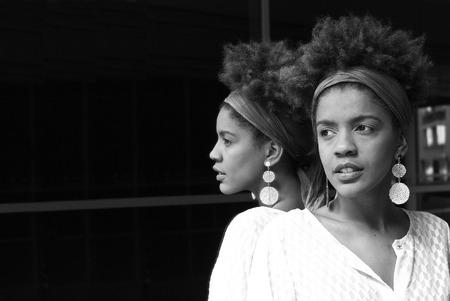 Foto de young woman on a mirror - black and white photography - Imagen libre de derechos