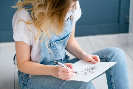 Photo pour creative leisure. painting hobby. artful personality. talented girl drawing a picture - image libre de droit