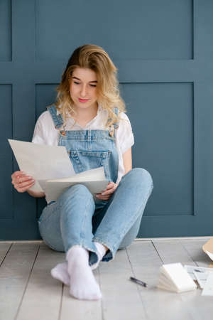 Photo pour Crafty lifestyle and creative personality concept. young beautiful girl looking at some papers. - image libre de droit