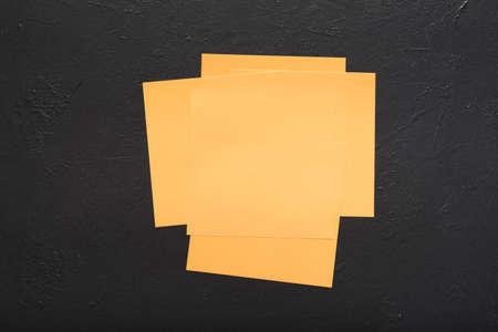 Photo pour blank reminder notes on black background. message news planning ideas concept. copy space - image libre de droit