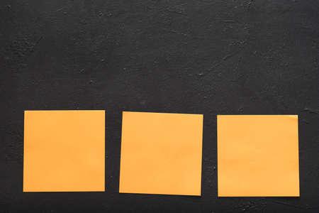 Photo pour blank reminder notes on black background. message memo information concept. copy space - image libre de droit
