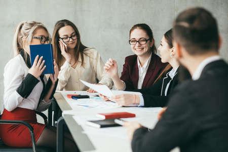 Photo pour Successful team. Friendly office atmosphere. Colleagues discussing growth rate statistics. - image libre de droit