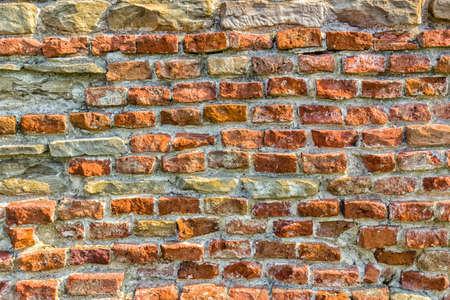 Foto de historic feeling comes out of Ruins of medieval fortress, Rocca di Monte Battaglia, on hills in the countryside in Italy: brick wall - Imagen libre de derechos