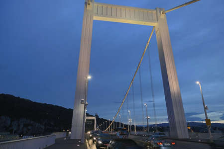 Foto de BUDAPEST, HUNGARY - SEPTEMBER 17, 2014: car traffic blocks the Liberty bridge at night. Every year the number of tourists visiting Budapest increases. - Imagen libre de derechos