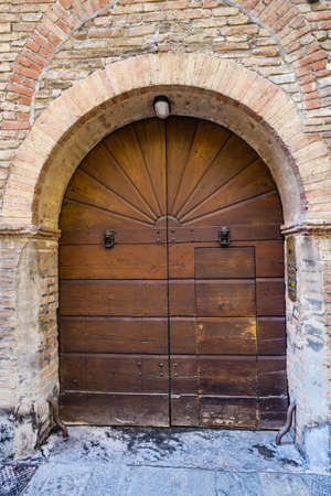 Photo pour ancient wooden door in Italian house - image libre de droit
