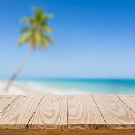 Foto de Wood table and blue sea background - Imagen libre de derechos