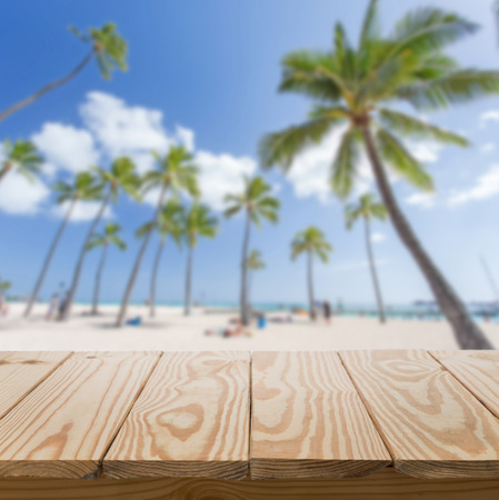 Foto de Wood table and beach background - Imagen libre de derechos