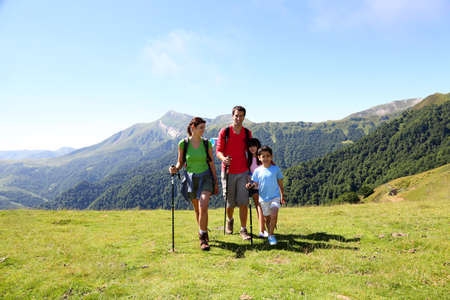 Photo pour Family on a trekking day in the mountains - image libre de droit