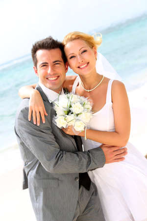 Photo pour Cheerful married couple standing on the beach - image libre de droit