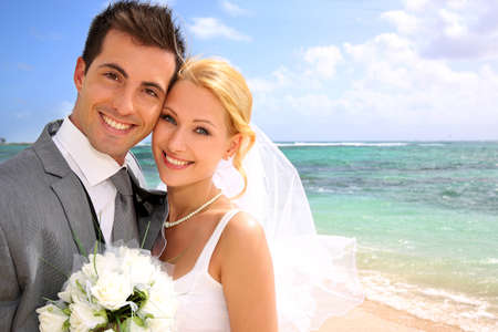 Foto de Portrait of beautiful bride and groom at the beach - Imagen libre de derechos