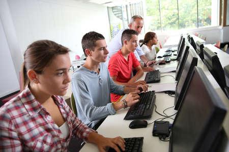 Foto de Group of young people in computing class - Imagen libre de derechos