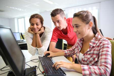 Foto de Group of students in computer's laboratory - Imagen libre de derechos