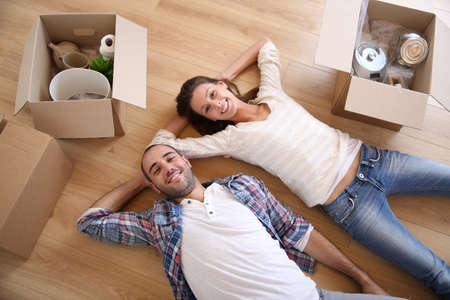 Photo pour Young adults moving in new home - image libre de droit