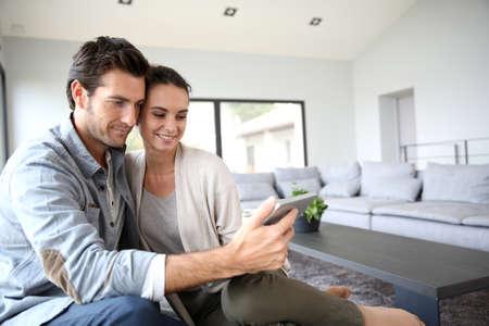 Foto de Couple at home websurfing on the net - Imagen libre de derechos