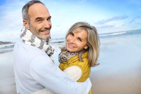 Photo pour Portrait of loving senior couple at the beach - image libre de droit