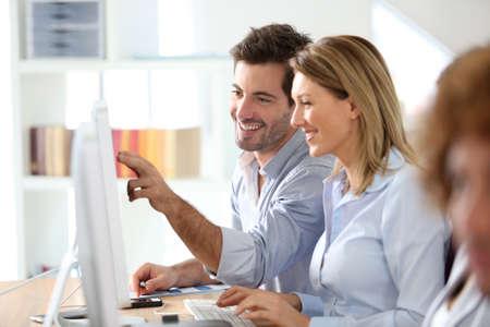 Foto de Workteam in office working on desktop computer - Imagen libre de derechos