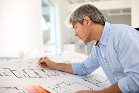 Photo pour Architect designing house for client - image libre de droit