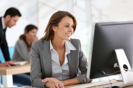 Foto de Businesswoman working on desktop computer - Imagen libre de derechos