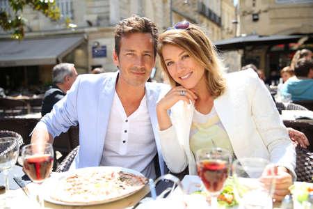 Photo pour Couple eating lunch at outdoor restaurant - image libre de droit