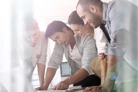 Foto de Group of business people in office working on project - Imagen libre de derechos