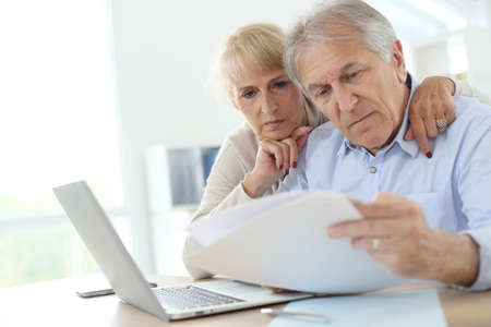 Photo pour Senior couple doing the income tax declaration online - image libre de droit