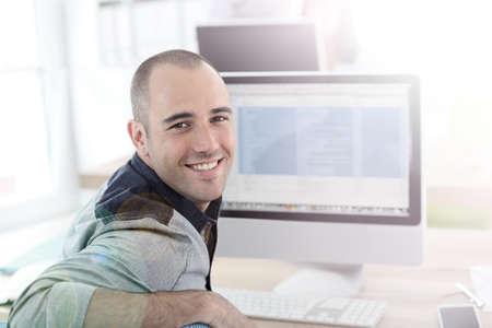 Foto de Portrait of student in front of desktop computer - Imagen libre de derechos