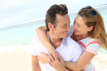 Photo pour In love couple enjoying vacation at the beach - image libre de droit
