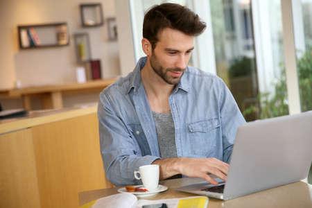 Foto de Man working on laptop computer from home - Imagen libre de derechos