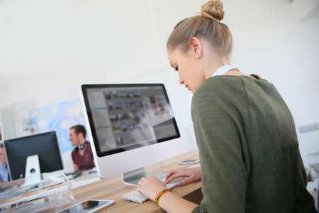 Foto de Student girl working on desktop computer - Imagen libre de derechos