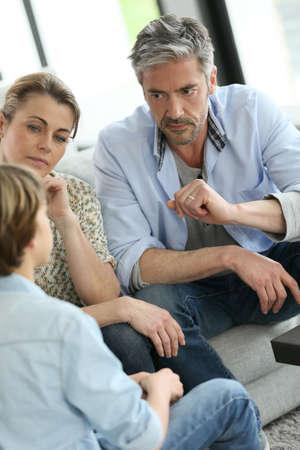Foto de Parents having a talk with teenage boy - Imagen libre de derechos