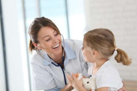 Foto de Doctor examining little girl with stethoscope - Imagen libre de derechos