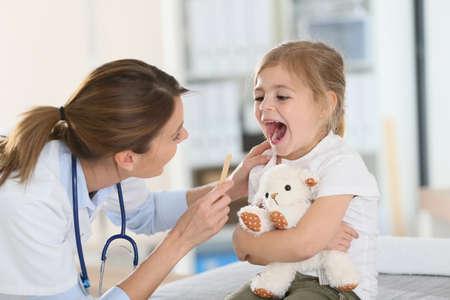 Foto de Doctor examining child's throat and mouth - Imagen libre de derechos