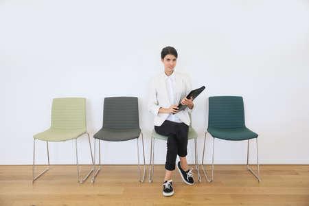 Photo pour Woman sittin on chair waiting for job interview - image libre de droit