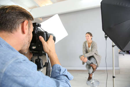 Photo pour Photographer on a shooting day in studio with model - image libre de droit