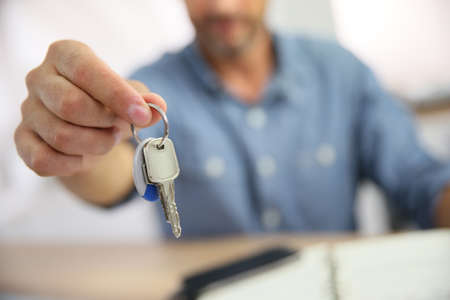 Foto de Real estate agent giving keys to property owner - Imagen libre de derechos