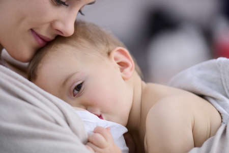 Photo pour Mom breast feeding baby girl - image libre de droit