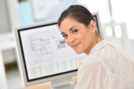 Foto de Young businesswoman working on desktop computer - Imagen libre de derechos