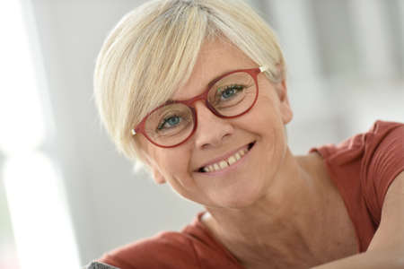 Foto de Portrait of smiling senior woman with eyeglasses - Imagen libre de derechos